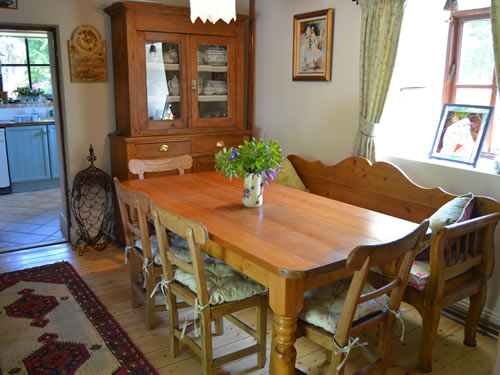 Self-catering cottage dining room seats 8